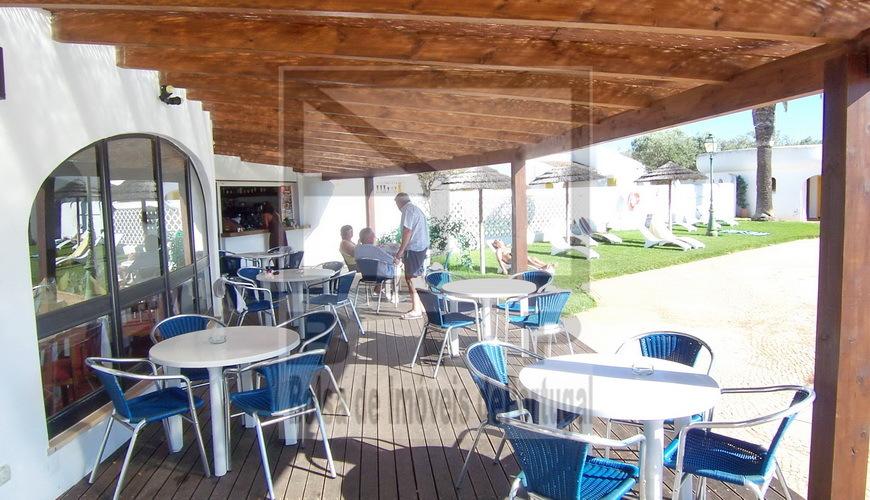 Restaurant quip avec piscine et jardin priv for Resto avec jardin