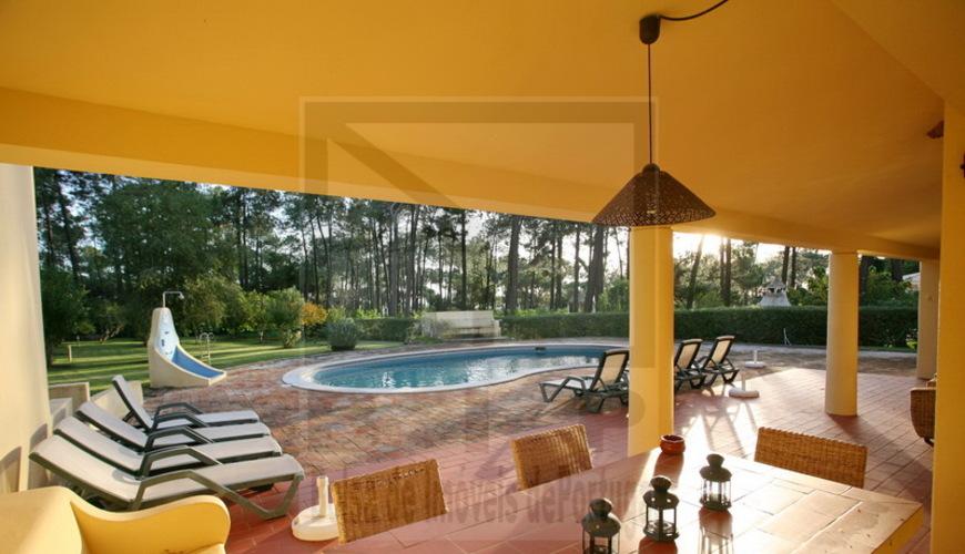 vilamoura villa de plain pied terrain de 2200 m2 superficie habitable de 356 m2 dans une zone. Black Bedroom Furniture Sets. Home Design Ideas
