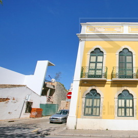 Tr�s bel immeuble au centre historique de Loul� qui peut �tre facilement convertit en H�tel